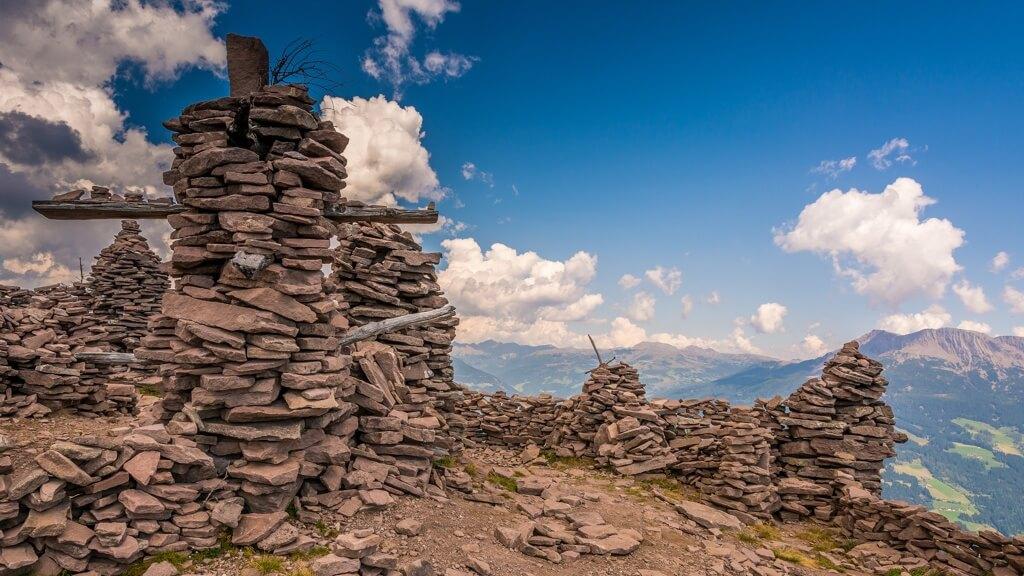 Ometti di pietra in Val Sarentino