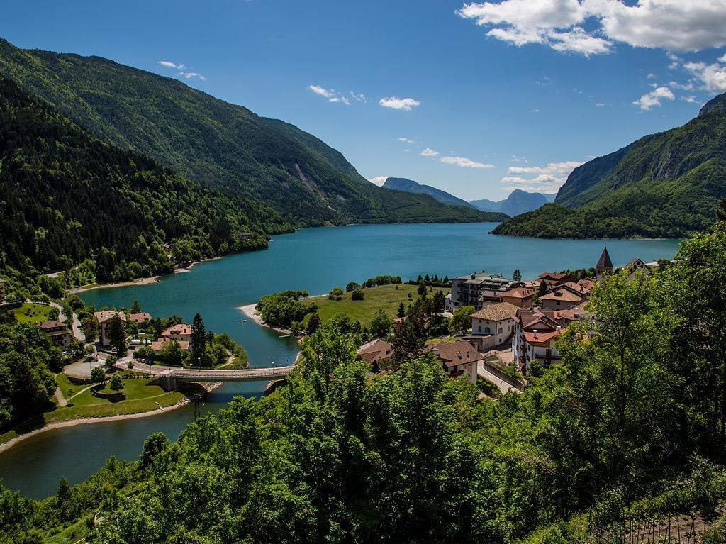 Il lago di Molveno, uno dei due bacini che alimentano la centrale di Santa Massenza