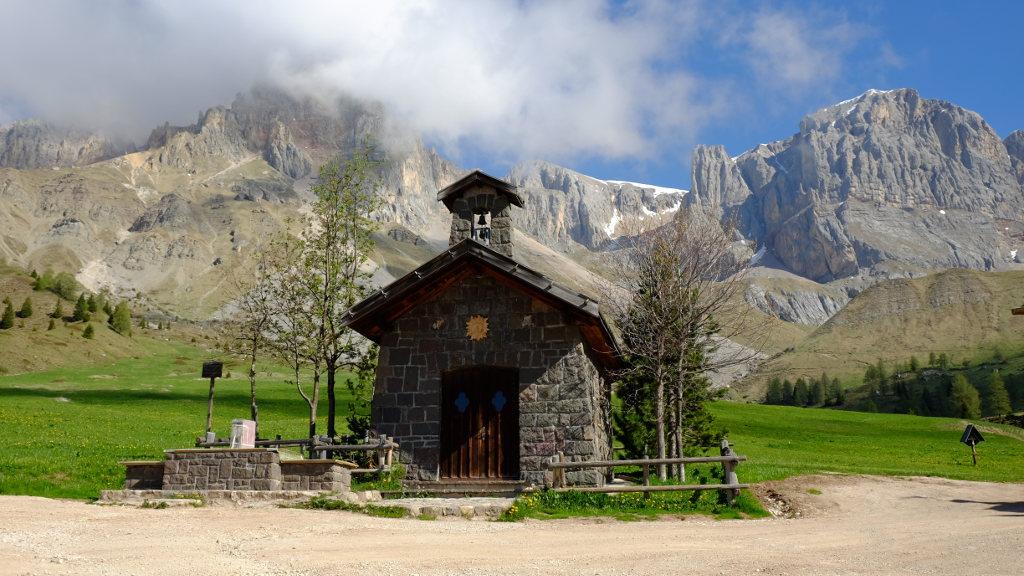 La piccola chiesetta nella conca di Fuciade (Ph. Mirko Ropelato)