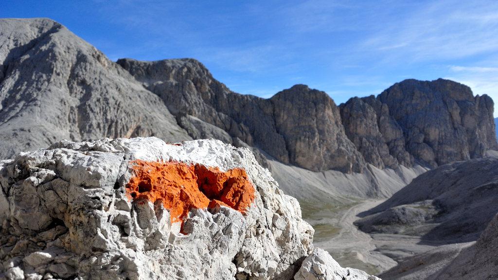 Indicazione del sentiero su una roccia (Ph. Mirko Ropelato)