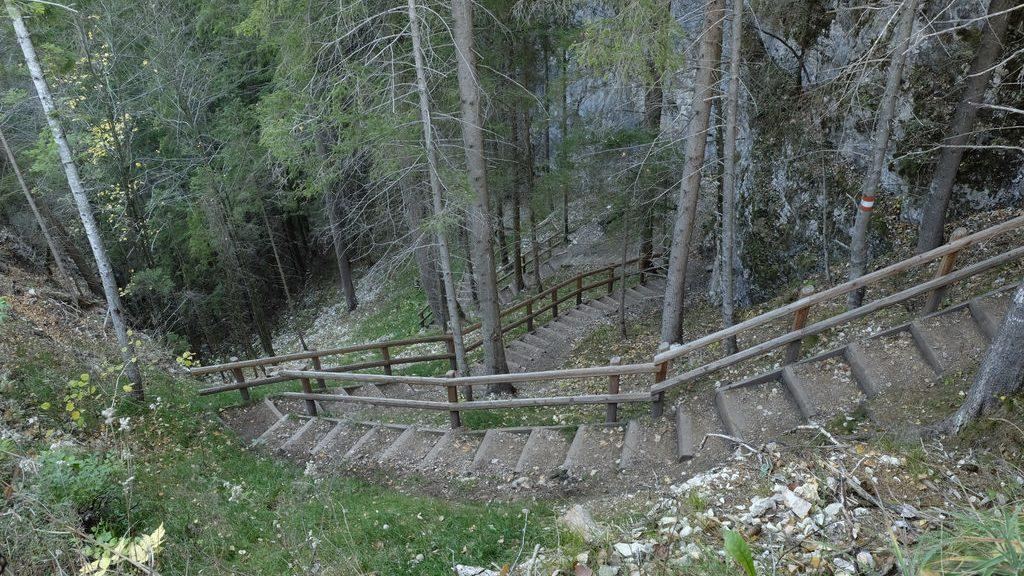 La scalinata che conduce alla base della cascata di Tret (Ph. Mirko Ropelato)
