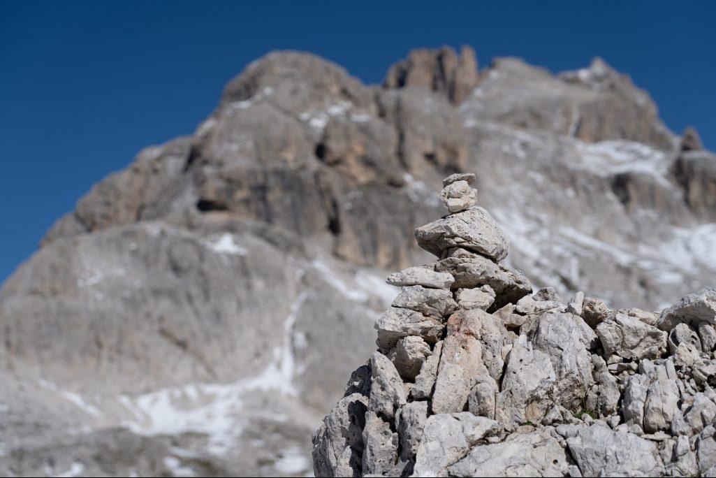 Ometto di pietra sull'Altopiano delle Pale di San Martino (Ph. Mirko Ropelato)