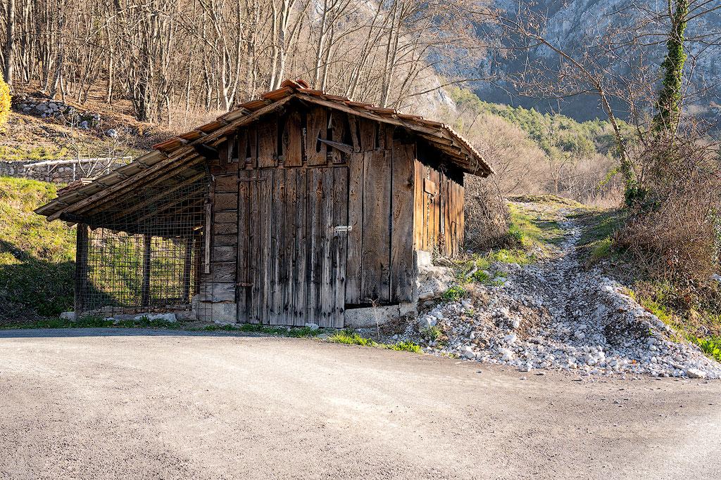 Casetta di legno all'imbocco del sentiero verso la Madonnina di Besta (Ph. Mirko Ropelato)