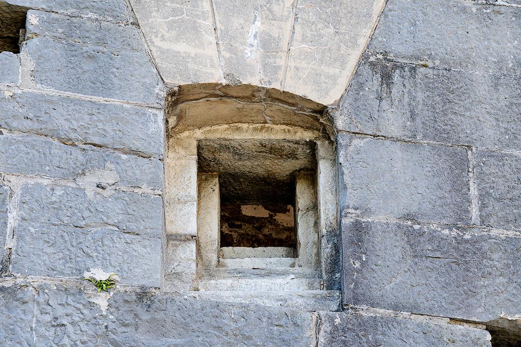Feritoia del Forte Batteria di Mezzo sul Monte Brione (Ph. Mirko Ropelato)